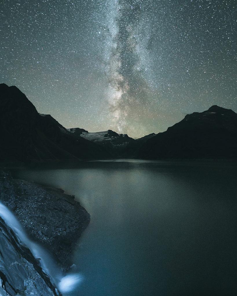 Die Milchstraße an einem Bergsee gespiegelt, erstellt von Lukas Klima und ARS|TEC